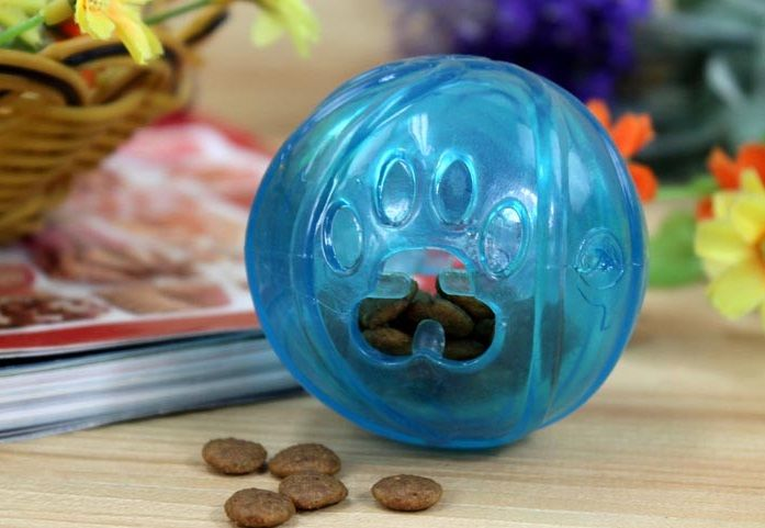 Мяч игровой для собак и кошек с сухим кормом
