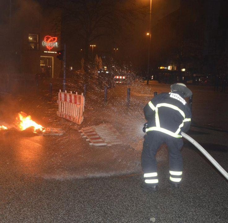 Schnell hatte die Feuerwehr den Brand vor den Messehallen im Griff