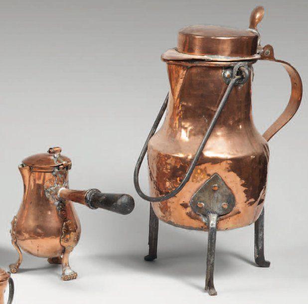 Grande bouilloire de forme balustre en cuivre à trois pieds de fer forgé. XVIIIe / XIXe siècle. Vente aux #encheres du 29/09/10 par Beaussant Lefèvre