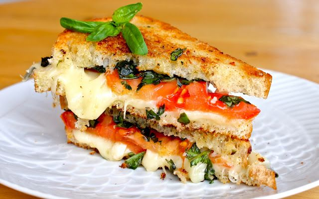 Caprese Grilled Cheese.  Looks ooey gooey yummy!: Fun Recipes, Food, Grilled Caprese, Nom Nom, Favorite Recipes, Grilled Cheeses