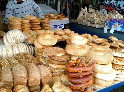 Nelle strade di Tel Aviv ci sono tanti banchetti con un mix di cibi da tutto il mondo (in primo piano c'è un bretzel!)