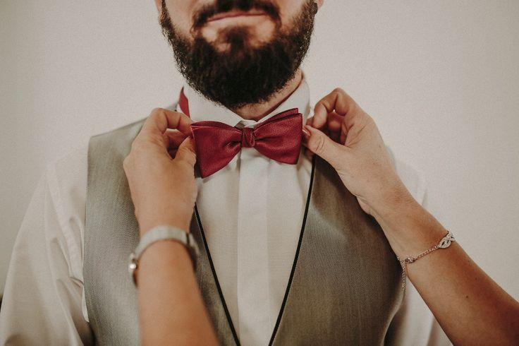 pajarita - novio - roja - manos - novia - boda - hipster - traje de novio - vistiendose