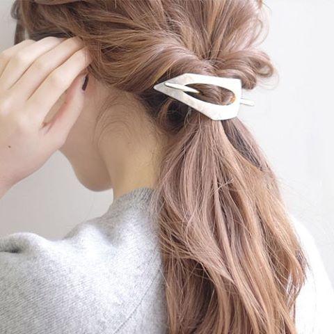 """大人女子に人気のアクセサリーブランド「anemone」から発売された、新しい形のヘアアクセサリー""""マジェステ""""をご存知ですか?付けるだけで品格アップ♡流行に敏感の女子の間で話題沸騰中の""""マジェステ""""についてご紹介します。"""