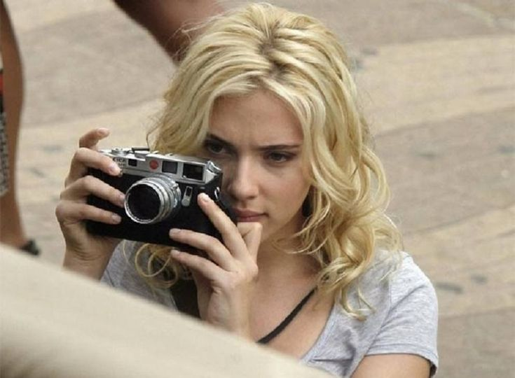 Leica compie 100 anni: un mito della fotografia in 100 immagini - Corriere.it In «Vicky Cristina Barcelona» di Woody Allen (2008), l'attrice Scarlett Johansson usa una M6 cromata.