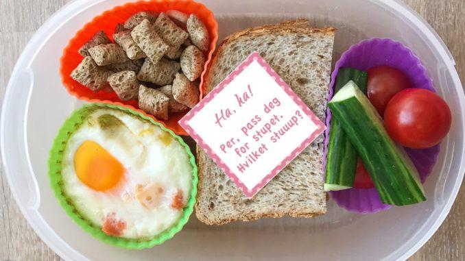 Gi barna en morsom start på skoleåret! Last ned og skriv ut disse artige lappene til å putte i matpakken. Med fun-facts, vitser, og tomme felter, slik du kan skrive en hilsen selv.