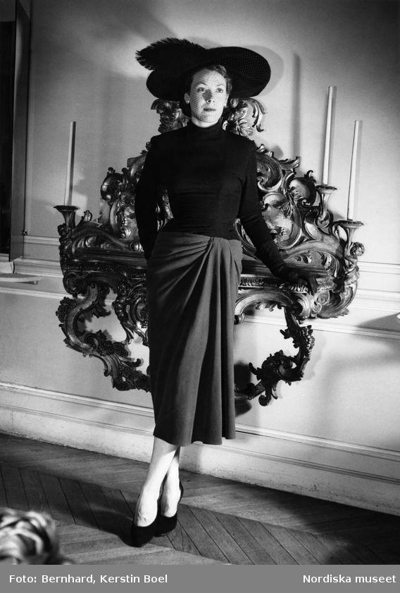 Modell i kjol, svart polotröja, handskar, pumps och hatt med flor och plym. Foto: Kerstin Bernhard, 1947