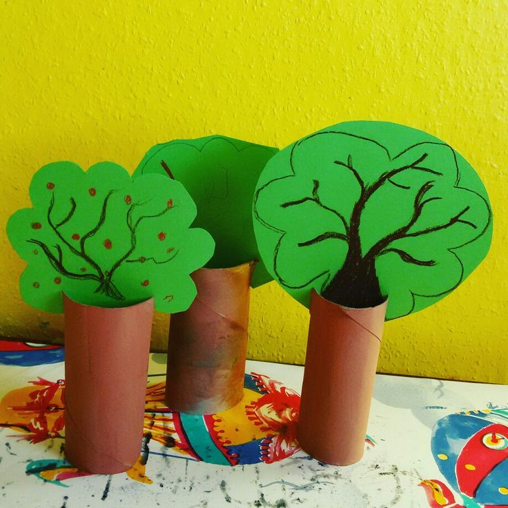 Bastelarbeiten mit Kleinkindern. Bäume aus Pappe. #Baum #Wasserfarbe #Buntstifte #Tonpapier #Klorolle