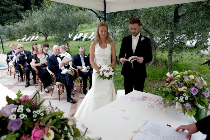 Outdoor wedding ceremony by the pool lucca tuscany i for Garden pool wedding