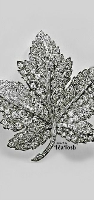 ❇Téa Tosh❇ Queen Elizabeth's Canadian Maple Leaf Brooch was a present from George VI to his wife ahead of their 1939 tour of Canada. The Queen Mother treasured the brooch until her death in 2002, whereupon it passed to the Queen. She, in turn, lent...