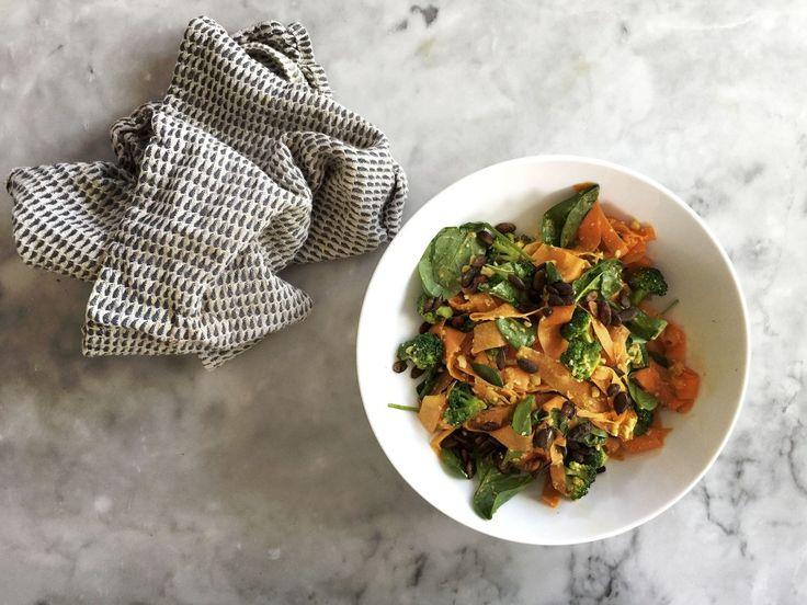 I dag ska vi laga en sanslöst god morotspasta med sting. Vi tar det steg för steg:    1. Ta fram sex stolta morötter och en potatisskalare. Skala/tvätta