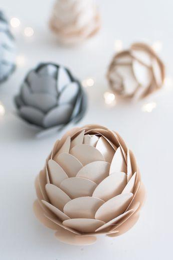DIY Winterdeko: Tannenzapfen aus Papier als Kerzenhalter