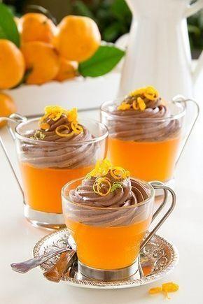 Мандариновое желе с шоколадным муссом. Мандариновый сок, несколько раз процеженный через ситечко 300 мл., сахар 50-100 гр., пакетик ванильного сахара или стручок ванили 1 шт., желатин 8 гр. Шоколадный мусс: молоко 100 мл., хороший шоколад 150 гр., сливки 33% 200 мл., желатин 5 гр., пакетик ванильного сахара 1 шт.