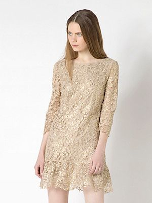 Short macrame lace dress, gold effect macramé, deep neckline, on the back, with crinkle ruffled trim
