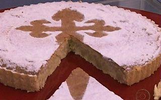 FacebookTwitterGoogle+PinterestE-mailWhatsapp Ingredientes – Torta Santiago 150 g de manteiga derretida sem sal 180 g de farinha de trigo 1 ovo 300 g de açúcar 300 g de amêndoa moída 1 pitada de canela 5 ovos Modo de Preparo – Torta Santiago Numa tigela coloque 150 g de manteiga derretida sem sal, 180 g de farinha de trigo e 1 ovo e misture bem. Forre o fundo e as laterais de uma fôrma de fundo falso canelada (30 cm de diâmetro) e reserve. Numa batedeira coloque 300 g de açúcar, 300 g de…