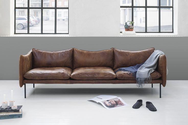 Tiki är en vacker soffa, formgiven av Andreas Engesvik för Fogia. Soffan kom först som 3-sits, men på grund av den snabbt växande populariteten började Tiki även tillverkas som 2-sits, fåtölj och fotpall. De skonsamma linjerna ger soffan ett väldigt lätt och stilrent uttryck och med de många valen av tyger, läder och färger blir det enkelt att hitta sin favorit. På bilden ser du soffan i Rangers Soft Anilina ur Läderkategori 1.