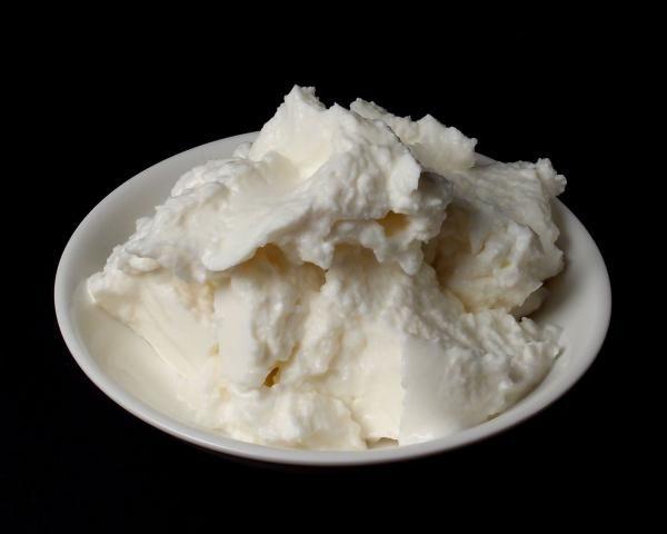 Como fazer queijo quark em casa. O queijo quark é um tipo de queijo branco muito consumido nos países nórdicos. Ele é cremoso e ligeiramente ácido e pode ser usado como substituto de vários outros alimentos mais calóricos. Esse alime...