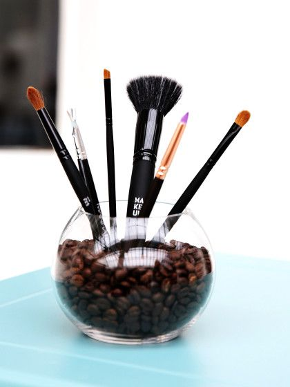 Lose Pinsel könnt ihr dekorativ und immer griffbereit in einer Vase gefüllt mit Kaffeebohnen aufbewahren.