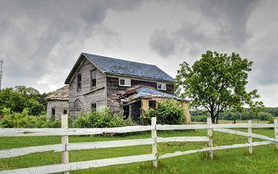 Scarica sfondi casa in legno, recinto bianco, erba, alberi, vecchia fattoria