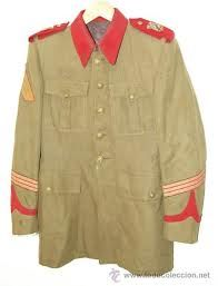 GUERRERA. Chaqueta, particularmente la utilizada en el traje militar chino, en la cual se establecen jerarquias por el número de bolsillos.