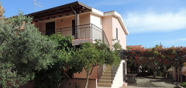 Si propongono 2 appartamenti grandi uno sopra l'altro, grande cortile ad Agrustos, Budoni (OT) da  € 240mila   ora 170.000,00 EURO !!!  Veramente una soluzione molto interessante per una famiglia grande che vorrebbe coronare il sogno di acquistare casa ad un piccolo prezzo.Lakasa L' Immobiliare  Via Roma, 4 08020 Budoni (OT) www.lakasa.it  Info: immobiliare@lakasa.it tel: 0784.842019  diretto: 393.9888095 - 393.9787500