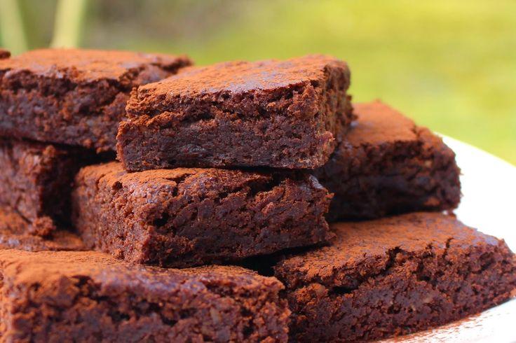 Diese leckeren, saftigen Brownies schmecken perfekt zum Nachmittagskaffee oder als zweites Frühstück. Ihre Süsse erhalten die Brownies durch einen fruchtigen Mix aus Datteln und einer Banane und sind somit ein gesunder Energielieferant. Die Brownies sind einfach zubereitet und gut verpackt bis zu einer Woche im Kühlschrank haltbar.  Das Rezept …