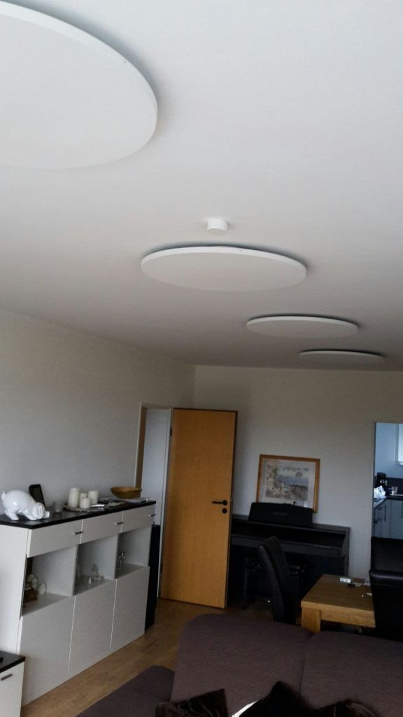 Runde Infrarotheizungen im Wohnzimmer installiert
