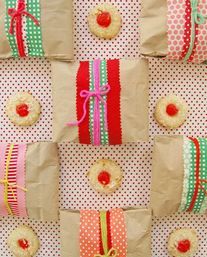 Another pinner wrote: Wrap Cookies for Gift Giving How-To ~  transforming simple things like paper lunch bags and leftover yarn and fabric scraps to create charming gift packages for the holidays! this would be a nice way to have a sandwich or cookies at the end of the night if you have an old fashioned wedding