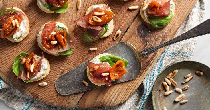 Crostini med bresaola blir till små lättsamma munsbitar och en fin inledning till middagen. Perfekt som förrätt, som tilltugg till drinken eller på buffén.