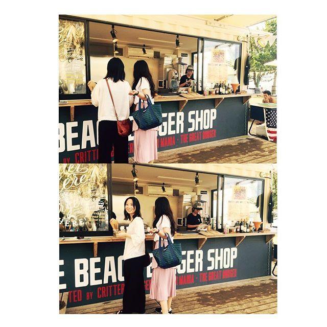 【azuboo_】さんのInstagramをピンしています。 《♪ #青島#青島ビーチパーク#ハンバーガー#海#sea#beach#黒髪#ピンク#フレアスカート#ロングスカート#スニーカー#ナイキ#NIKE#白シャツ》