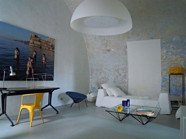 Nel salone, il leitmotiv del giallo compare in tocchi discreti, la sedia Tolix e la coppa intrecciata di Gaetano Pesce