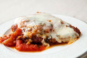 チキンパーム オーストラリア  パッと見はイタリア料理。チキンヒレ肉の上にコショウとニンニクがアクセントのトマトソースがかけられ、とろけたパルメザンチーズとモツァレラチーズが乗っている。