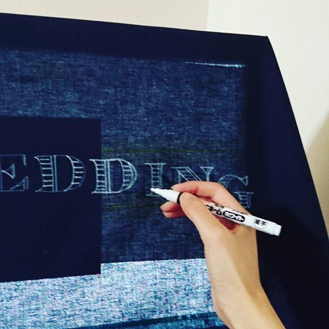 超 強行策…!フォトブースの布を作り始めました!!フリーハンドはどうしても不安だったので、パソコンに布を被せて、パソコンの明かりで布を透かせると文字が映るのでそのまま書き書き。親に怒られそうなのでこっそりと…(笑) #プレ花嫁 #フォトブース #結婚式 #結婚式準備 #ウェルカムスペース