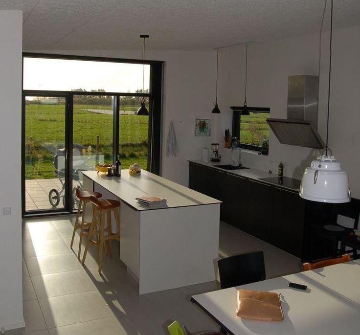 Med store vinduer og udgang til terrassen, bliver der skabt gennemgang i dit køkken og du lukker naturen ind.