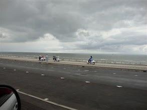 Vier vriendinnen uit Assen, rijden vanaf Bloemendaal over de Boulevard in Zandvoort. Koud hé?
