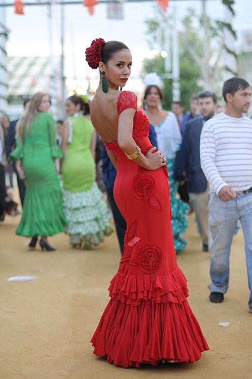 Feria Sevilla... Google Image Result for http://chictoochic.es/wp-content/uploads/2010/04/webmonicaferia02.jpg