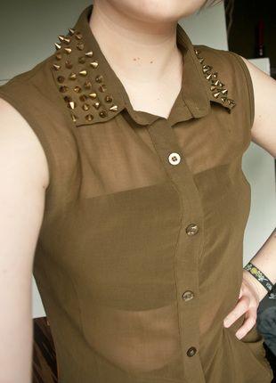 Kaufe meinen Artikel bei #Kleiderkreisel http://www.kleiderkreisel.de/damenmode/blusen/110421560-khaki-transparente-bluse-mit-nietenbesetztem-kragen-gold-von-hearts-and-bows  #nietenkragen #nietenbluse #kurzarmbluse #transparente bluse #grungebluse