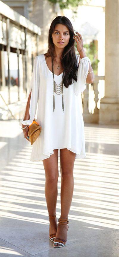 Los vestidos blancos cortos, también son un must para lucir espectacular en cualquier lugar, sobre todo si lo que buscas es pasar una noche de lo más cool con tus amigas. La ventaja del blanco es que puedes combinarlo con una infinidad de colores, de esta manera, elegir los accesorios perfectos no será ningún problema.