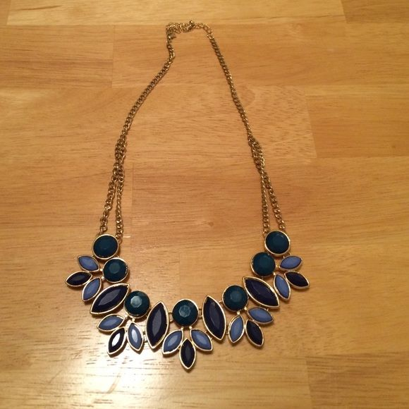 Beautiful Old Navy Necklace Great statement necklace that isn't too flashy. Only worn a couple times, great condition! Old Navy Jewelry Necklaces