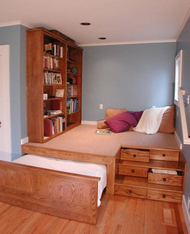 Een gezellige leeszaal combineerde een verborgen bed.