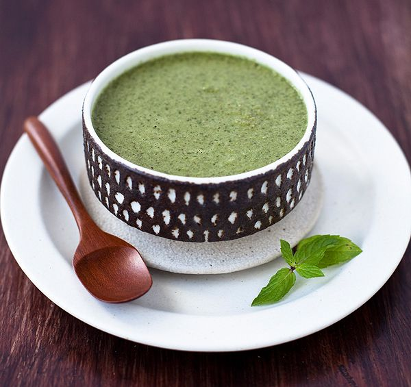 fresh mint chutney to go with veggie pakora -- photo and recipe by yummy supper