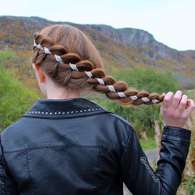 編みこみヘアーにリボンを絡ませてみるとワンランク上のオシャレさんヘアーに◎