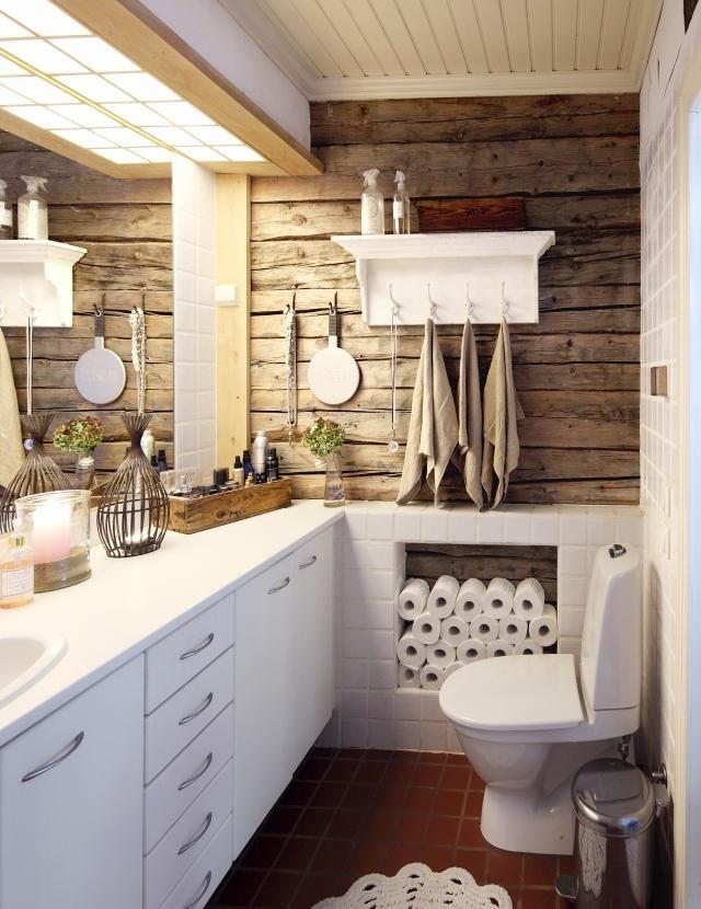Yli satavuotiaan hirsitalon vessassakin näkyy historia. Tila on silti moderni ja käytännöllinen: valaistus on hyvä ja säilytystilaa on paljon. Poimi parhaat ideat kotiisi!