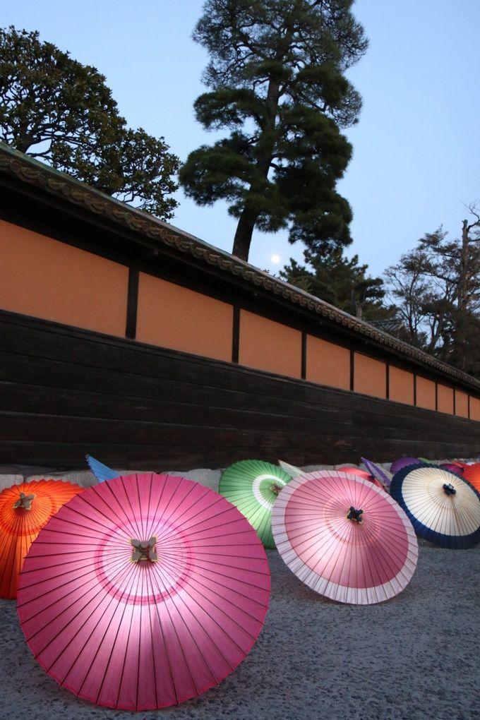 キャンドルで和傘を照らす。暗闇に浮かび上がる色鮮やかな和傘が幻想的!期間中の土曜日とスペシャルデーの18:00~21:00に見ることができます。