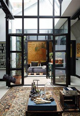 Ongepolijst en robuust, maar altijd met een gevoelige kant en veel personality. Dat zijn de interieurs van James van der Velden. Met zijn Bricks Amsterdam doet hij precies waar hij gelukkig van wordt.