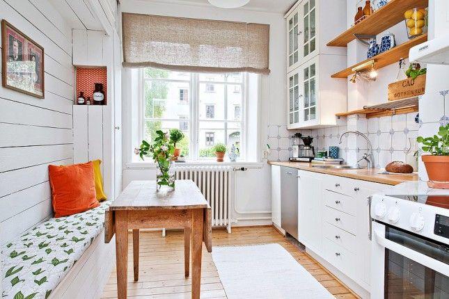 skandynawska kuchnia,biała kuchnia z drewnianymi blatami,lniana roleta rzymska na oknie w kuchni,rolety rzymslkie z lnu,szaro-beżowe rolety ...