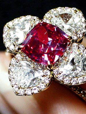 a pedra mais rara do mundo é conhecida como painita, um tipo de pedra do qual praticamente ninguém nunca ouviu falar. A explicação disso é justamente que a Painita é raríssima. Trata-se de uma pedra de cor alaranjada ou marrom-avermelhada, que foi descoberta em Bruma nos anos 50. Desde então, apenas duas (isso mesmo DUAS) pedras brutas deste tipo de cristal foram descobertas no planeta . Não tão desconhecido mas ainda bastante raro é o diamante vermelho.