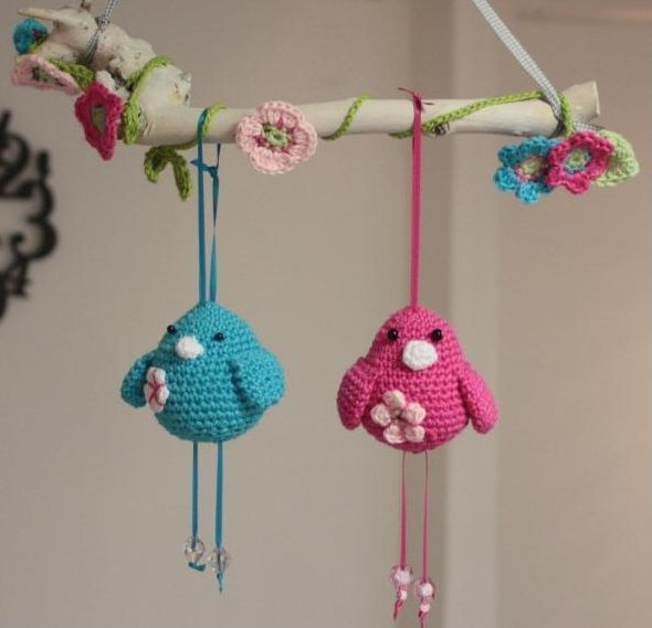 Free crochet pattern for adorable birds :: ornaments w flowers... (Dutch)