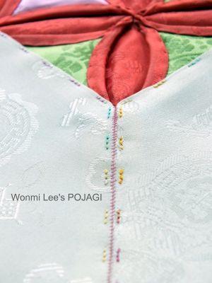 Great blog of Wonmi Lee's work. Here, a bit of Cathedral Windows integrated into silk pojagi. ウォンミ リーのポジャギな日々 ヨイジュムン(如意珠紋)のテーブルランナー