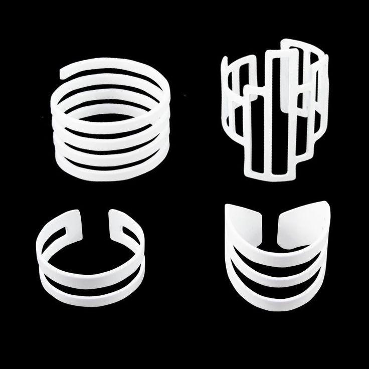 Fique na moda e com os anéis coloridos que estão fazendo o maior sucesso, este modelo é lançamento!.Se você é apaixonada por conjunto de anéis, vai adorar esta novidade! Este modelo de conjunto de anéis na cor branco é composto por três anéis reguláveis e um anel em formato de espiral tamanho 19. Este kit de anéis está em alta, então não perca tempo e entre na moda você também. #kit #anel #aneis