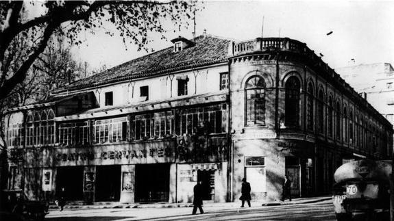 En la Plaza del Campillo (Granada), se encontraba el Teatro Cervantes (hoy desaparecido). El escritor  Federico García Lorca, estrenó el 29 de abril de 1929 Mariana Pineda con Margarita Xirgù.